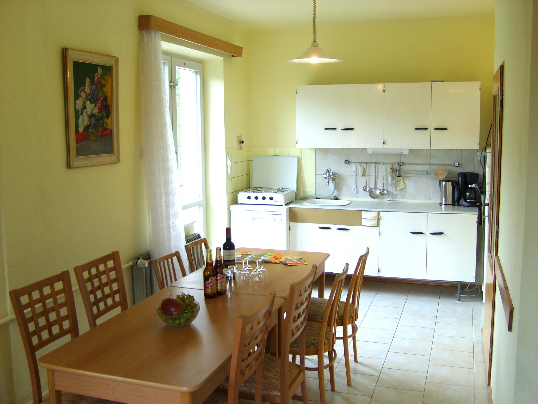Mooi en groot vakantiehuis voor 8 personen te koop in het boheemse woud zuid bohemen tsjechie - Keuken open voor woonkamer ...